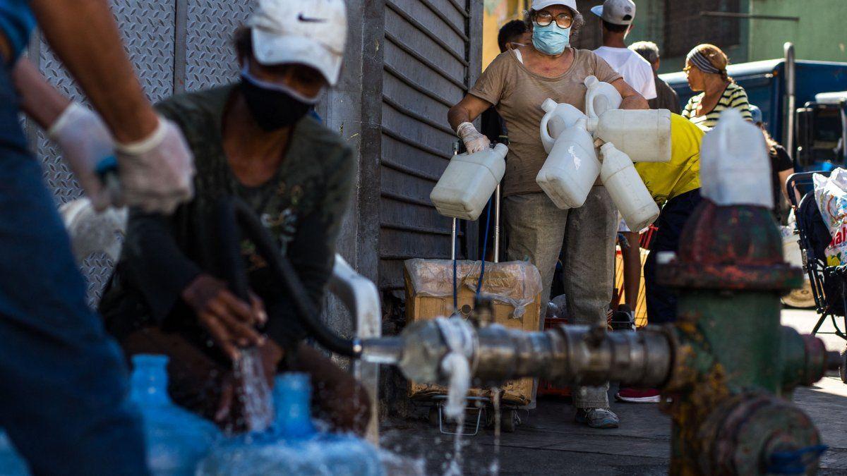 La escasez de combustible en Venezuela complica la distribución de otros bienes, como es el caso del agua potable, que debe llegar a los usuarios en cisternas, al no contar con suministro a través de tuberías.