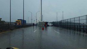 Camión articulado queda atravesado en el puente Centenario