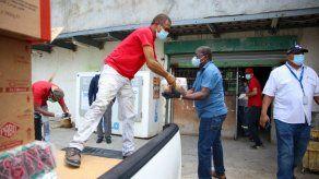 Abastecen abarrotería que fue saqueada en Curundú