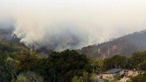 800 bomberos luchan contra incendio en Big Sur