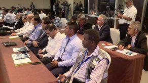 Candidatos presidenciales se reúnen con observadores internacionales