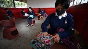 Estudiantes de la Unidad Educativa Agropecuaria Eduardo Salazar Gómez regresan a clases presenciales, tras 15 meses de clases virtuales, en la zona rural de Pifo, a las afueras de Quito.