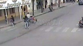 Video muestra cómo motorizado arremete contra coche de un bebé
