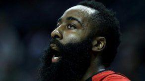 Rockets vencen reñidamente a Mavericks con discreta actuación de Harden