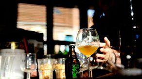 Multarán a comercios y a consumidores que incumplan con venta controlada de licor