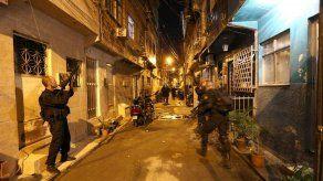 Policías y militares ocupan inmensa favela cerca del aeropuerto de Río de Janeiro