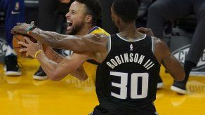 Curry anota 30 puntos y Warriors aplastan a Kings 137-106