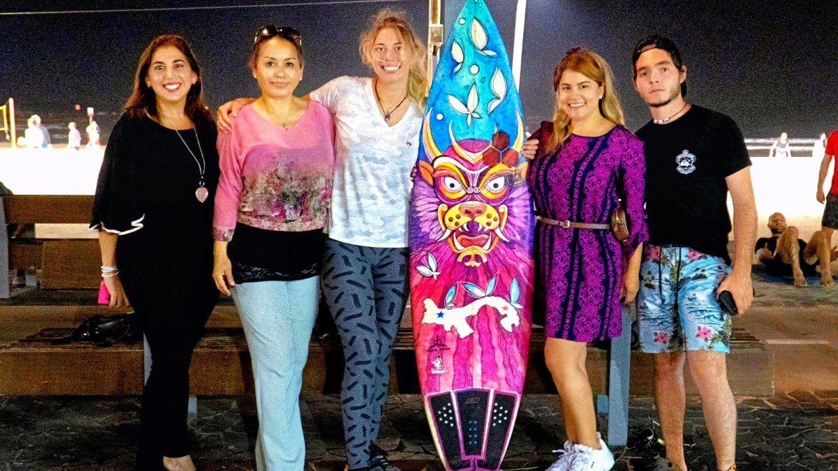 La presentación de la obra de Nasty se dio a través de una producción audiovisual en la que la artista está en Tel Aviv, Israel, pero viajó con la imaginación, invitada por un Diablico Sucio, a un lugar de hermosas selvas, playas y gente: Panamá.