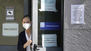 Una enfermera cierra la puerta de la zona de vacunación en un hospital en España, después de la suspensión de la vacuna de AstraZeneca
