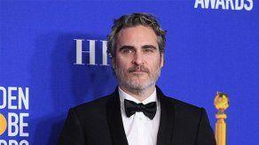 Presentadora de TV de EEUU se disculpa por burlas al labio leporino de Joaquin Phoenix