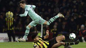 Arsenal se beneficia de error para vencer a Watford
