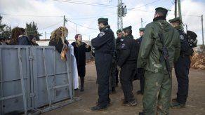 Israel empieza a desalojar asentamiento en Cisjordania