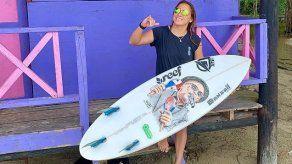 Campeona mundial de surf apoyará a panameña Samanta Alonso en camino a Tokio