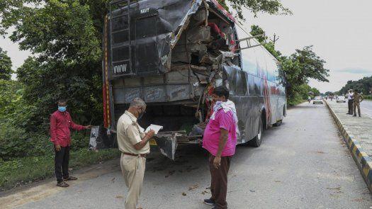 La mayoría de las víctimas, muchas de las cuales eran trabajadores que volvían a casa, dormían debajo del autobús de dos pisos cuando el camión se estrelló contra él.