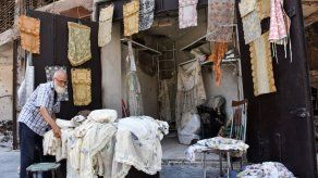 La soledad de un comerciante sirio en medio de las ruinas del zoco de Alepo