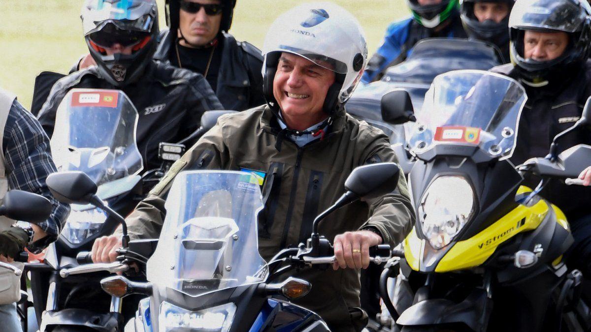 Al final del recorrido, Jair Bolsonaro, férreo crítico del confinamiento social para enfrentar la pandemia, se tomó fotografías, estrechó manos con decenas de seguidores -muchos entre quienes, al igual que el mandatario, no llevaban el barbijo de protección.