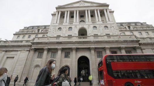 El banco de Inglaterra calcula que el crecimiento se desacelerará a tasas más normales, en parte reflejando un menor gasto gubernamental a medida que finalicen muchos programas pandémicos.