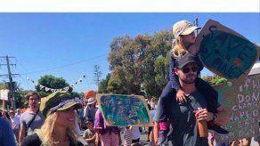 Elsa Pataky y Chris Hemsworth se llevan a sus hijos a una manifestación para salvar el planeta