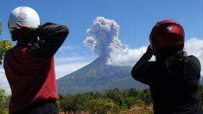 El volcán Agung de la isla de Bali arroja cenizas durante erupción