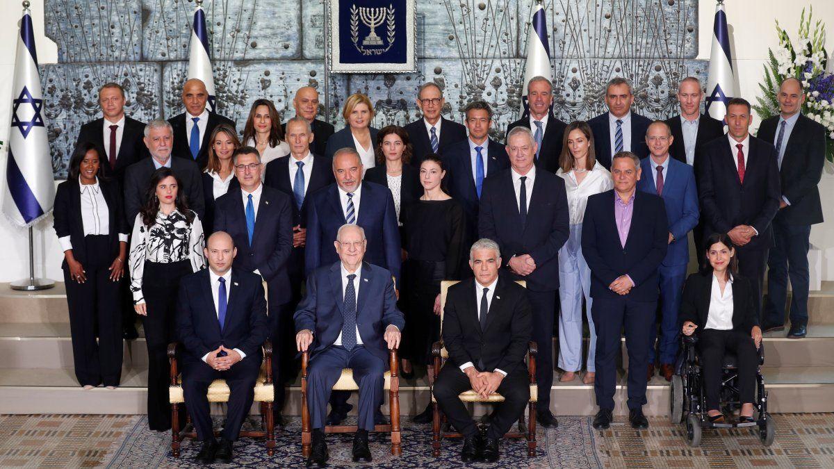 El nuevo primer ministro de Israel, Naftali Bennett (izquierda), el presidente israelí Reuven Rivlin (centro) y el primer ministro suplente y ministro de Relaciones Exteriores, Yair Lapid (derecha).