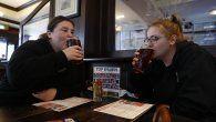 Dos mujeres disfrutan en un restaurante de Gran Bretaña.