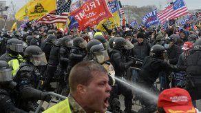 Partidarios de Donald Trump chocan con la policía y las fuerzas de seguridad mientras la gente intenta asaltar el Capitolio de los EE .UU. En Washington DC., el pasado 6 de enero.