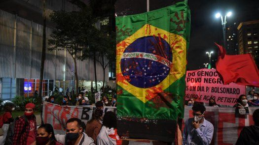 Miles de personas desfilaron todavía consternadas por el sangriento operativo en la favela de Jacarezinho.
