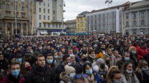 Miles protestan en Croacia contra restricciones por COVID-19