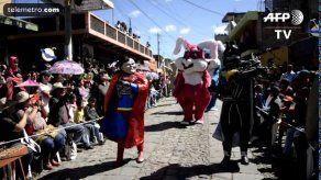 Batman y Superman bailan en pueblo maya de Guatemala para despedir el año