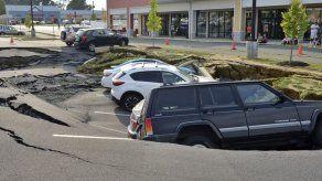 Socavón se traga seis vehículos en Pensilvania