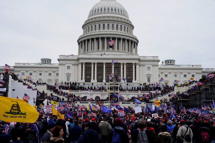 Los manifestantes partidarios del entonces presidente Donald Trump asaltan los terrenos del Capitolio de los Estados Unidos