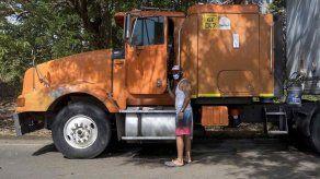 Fumigan camiones de carga varados en la frontera entre Costa Rica y Nicaragua