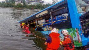 Al menos 21 muertos al caer un autobús con estudiantes a un embalse en China