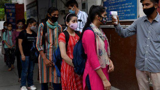 La pandemia ha arrasado la economía india y llevado penurias financieras a millones de personas que se vieron a merced de un sistema de salud fragmentado.