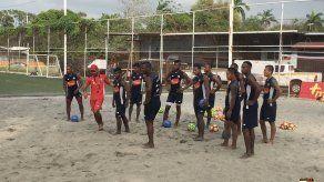 Panamá practica con el balón del Mundial de Fut Playa