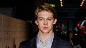 El novio de Taylor Swift brilla en solitario a su paso por Cannes