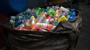 30 botellas de plástico recicladas para vestir a monjes budistas de Bangkok