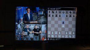 Dos cosmonautas disputan una partida de ajedrez con un campeón en la Tierra