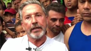 Ricardo Montaner visita a venezolanos en Barranquilla y les entrega ayudas