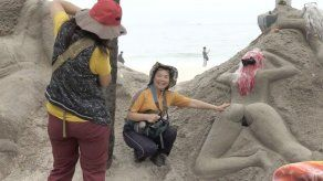 Las esculturas con nalgas prominentes que atraen a turistas y dividen a residentes en Copacabana