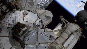 Astronautas trabajan en paneles solares en la EEI