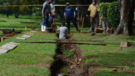 Exhumación de restos en el Jardín de Paz.