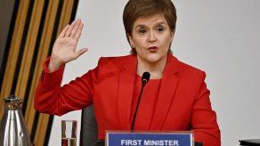Primera ministra escocesa niega haber participado en complot