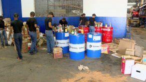 Aduanas realiza descarte de licor de contrabando