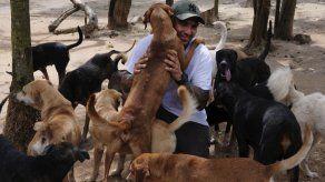 Alberga en casa a cientos de animales durante huracán Delta