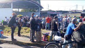 Más de 200 nicaragüenses se encuentran varados en la frontera entre Panamá y Costa Rica