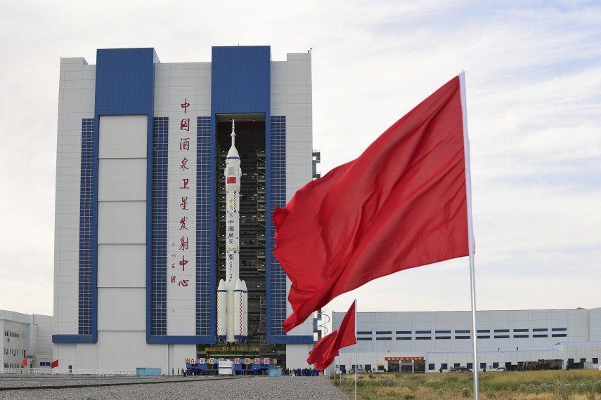 El cohete Long March-2F Y12 que impulsa a la nave espacial Shenzhou-12 fue trasladado el miércoles a la plataforma del Centro de Lanzamiento Satelital Jiuquan