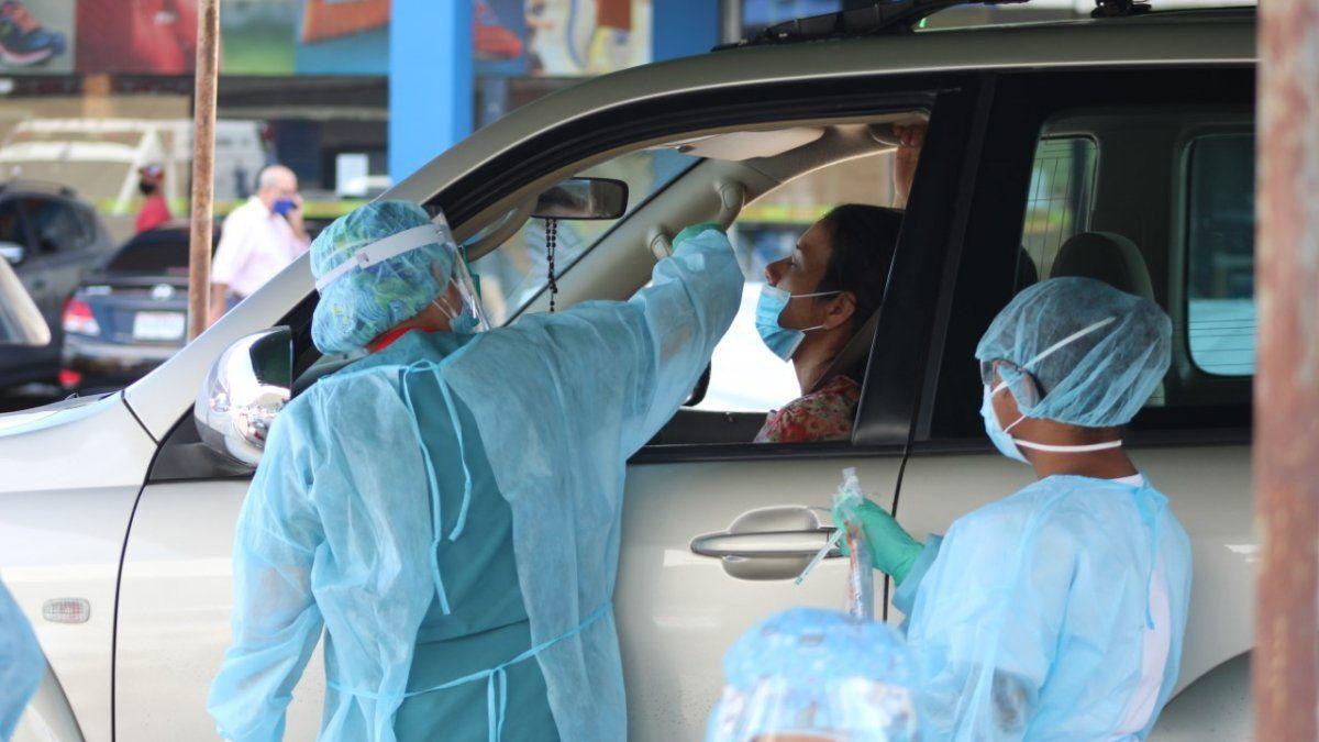 Equipos del Minsa realizan las pruebas de hisopados para detectar a las personas con sintomatología por COVID-19 en San Miguelito.