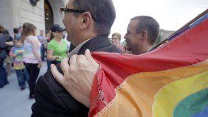 Revocan prohibición a bodas gay en Arkansas