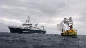 La Armada chilena instala en altamar una boya para estudiar cambio climático